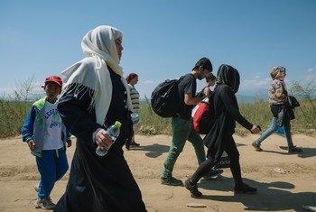 Un groupe de gens marchant près de la ville de Gevgelija dans l'ex-République yougoslave de Macédoine, après avoir franchi la frontière avec la Grèce. Photo UNICEF/Gjorgji Klincarov