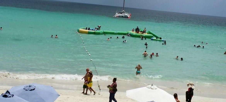 من الأرشيف: سياح على الشاطئ في نيغريل، وجهة شهيرة على الساحل الجنوبي لجامايكا.