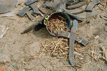 Machettes et balles à Gisenyi, au Rwanda, le 26 juillet 1994. Photo ONU/John Isaac