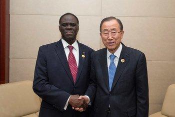 Le Secrétaire général Ban Ki-moon (à droite) avec Michel Kafando, Président du Burkina Faso, à Addis Abeba, en Ethiopie, le 30 janvier 2015. Photo ONU/Eskinder Debebe