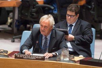 Le Représentant spécial du Secrétaire général dans ce pays, Nicholas Haysom, lors d'une réunion du Conseil de sécurité consacrée à la situation en Afghanistan (17 septembre 2015). Photo : ONU/Eskinder Debebe