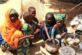 Une famille ayant fui le nord-est du Nigéria à cause de l'insurrection de Boko Haram pour trouver refuge au Niger.