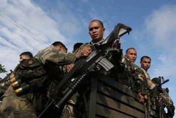 Fuerzas militares de Filipinas patrullan en la provincia de Maguindanao.