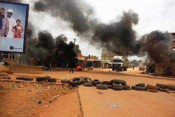 Des manifestants brûlent des pneues dans les rues de Ouagadougou, au Burkina Faso lors d'une tentative de putsch en septembre 2015. Photo <a href=http://bit.ly/1Lu7B2R>Brahima Ouedraogo/IRIN</a>
