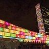 Здание штаб-квартиры ООН в Нью-Йорке с иллюстрацией ЦУР Фото ООН/Чия Пак