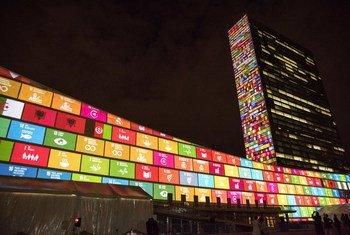 En septembre 2015, l'ONU a projeté sur les bâtiments de l'Organisation à New York les objectifs de développement durable.