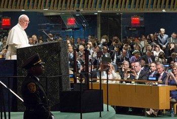 Le Pape François s'adresse à l'Assemblée générale de l'ONU, à New York, peu avant l'ouverture du Sommet de l'Organisation sur le développement durable. Photo : ONU/Evan Schneider