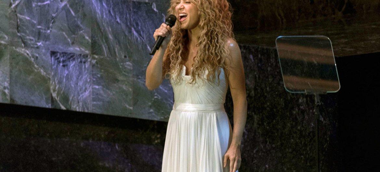 La pop star américaine et Ambassadrice de bonne volonté du Fonds des Nations Unies pour l'enfance (UNICEF), Shakira, lors de la cérémonie d'ouverture du Sommet des Nations Unies sur le développement durable. Photo : ONU/Mark Garten
