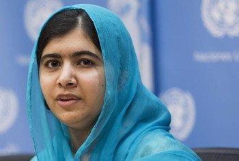 La ganadora más joven del Premio Nobel, Malala Yousafzai, se dirige a la prensa durante el día de inauguración de la Cumbre sobre Desarrollo Sostenible en la ONU. Foto: ONU/Mark Garten