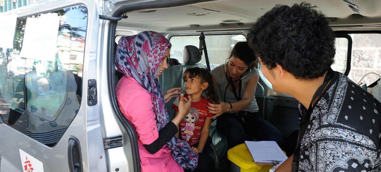 Personal médico de Médicos Sin Fronteras atiende a una niña en Belgrado, en Serbia. Foto: UNICEF/Shubucki