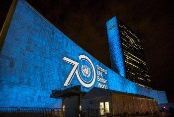 Les objectifs de développement durable à l'horizon 2030 sont projetés sur la façade des bâtiments du siège de l'ONU à New York, en septembre 2015. Photo ONU/Cia Pak