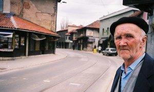Un homme âgé attend le tramway à Sarajevo, en Bosnie Herzégovine. Photo Banque mondiale/Flore de Préneuf