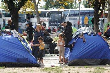 Familias refugiadas en Belgrado, Serbia. Foto: UNICEF/ Shubuckl