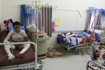 Des patients blessés par des frappes aériennes à l'hôpital Joumhouri, à Sanaa, au Yémen. Photo : Cans OCHA / Charlotte