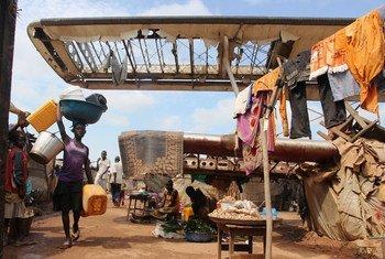 Familles déplacées en République centrafricaine dans le site de Mpoko pour personnes déplacées à l'intérieur (octobre 2014). Photo : OCHA / Gemma Cortes.