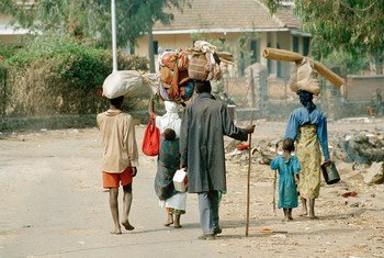 Refugiados de Rwanda, que huyeron del genocidio, regresan a su país en julio de 1994 desde Zaire (la actual República Democrática del Congo). Foto de archivo: ONU/John Isaac.