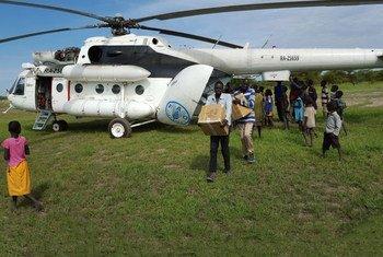 Livraison par hélicoptère de kits de subsistance de la FAO dans une zone difficile d'accès au Soudan du Sud. Photo : FAO