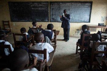 利比里亚首都蒙罗维亚一间教室里,老师正带着同学唱歌。儿基会图片/Sarah Grile