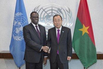 Le Secrétaire général Ban Ki-moon avec le Président du Burkina Faso, Michel Kafando, en octobre 2015. Photo ONU/Amanda Voisard