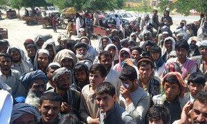 Des Afghans à Kunduz attendant de l'assistance humanitaire. Photo OCHA/Mohammad Sadiq Zaheer