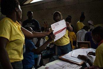 Официальные  лица в Гаити  приступили к подсчету голосов  первого  тура выборов. Фото Миссии ООН в Гаити