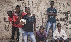 Un groupe de jeunes hommes à Hargeisa en Somalie, où le chômage des jeunes est élevé. Photo IRIN/Adrian Leversby