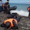 Un refugiado tumbado en la playa tras llegar a la isla de Lesbos, en Grecia. Foto: UNICEF/Ashley Gilbertson VII