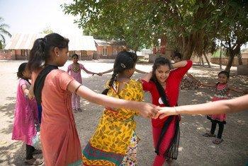 Des adolescentes jouant en Inde. Photo UNICEF/Ruhani Kaur
