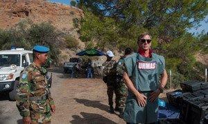 ООН занимается разминированием по всему миру. На фото - Глобальный борец ООН за ликвидацию мин, актер Дэниел Крэйг, во время визита на Кипр