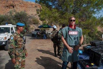 Defensor global da ONU para a Eliminação de Minas e Riscos de Explosivos, ator britânico Daniel Craig (à direita), visitando Chipre em uma visita de dois dias com a Força de Manutenção da Paz da ONU no Chipre.