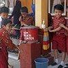 Niños en una escuela de Indonesia lavan sus manos Foto; Sheryl Silverman/Banco Mundial