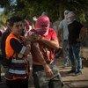 在一次以色列军队与巴勒斯坦人的冲突后,红十字会人员在救助伤者。
