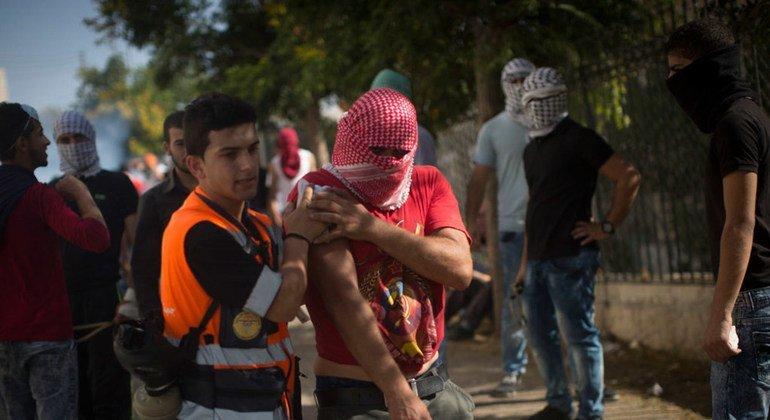 IMAGEN DE ARCHIVO. Trabajadores de la Media Luna Roja atienden a los heridos luego de enfrentamientos entre palestinos y el ejército israelí en Belén, Cisjordania.