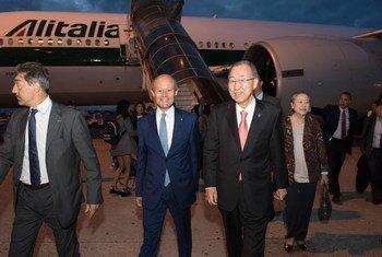 El Secretario General de la ONU (der.) a su llegada a Roma, Italia. Foto: ONU/Rick Bajornas