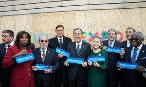 Le Secrétaire général de l'ONU, Ban Ki-moon (au centre), lors de la Journée mondiale de l'alimentation à l'Expo Milan 2015, aux côtés de plusieurs chefs d'agences des Nations Unies et d'autres dignitaires.