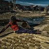 Mujer preparando comida en Haití.