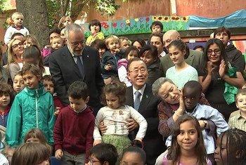 Le Secrétaire général Ban Ki-moon et son épouse dans un centre de réfugiés à Rome. Photo UNIFEED