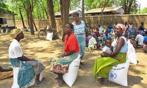 Une distribution de nourriture du PAM dans l'école primaire de St. Matthew, dans le district de Chikwawa, au Malawi, le pays le plus touché d'Afrique australe par l'insécurité alimentaire. Photo : PAM / David Orr