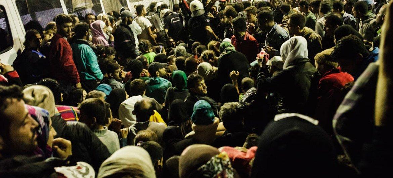 En Grecia, una multitud de refugiados sirios esperan delante de un centro de identificación para registrarse antes de continuar su viaje hacia Europa Central. Foto: ACNUR/Achilleas Zavallis