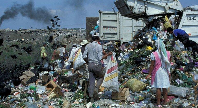 مقالب القمامة هي مصدر رئيسي لانبعاثات غاز الميثان، وتحسين الإدارة يمكن   أن يحول غاز الميثان إلى مصدر للوقود النظيف، وكذلك العمل على الحد من المخاطر الصحية.