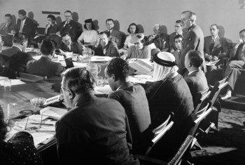 Mwaka 1945, wajumbe wakikutana San Francisco nchini Marekani kujadili Katiba ya shirika ambalo baadaye lilitambuliwa kuwa Umoja wa Mataifa. Aliyesimama ni Luteni Kanali Henri Rolin wa Ubelgiji.