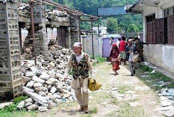 2015年4月尼泊尔大地震后半年,灾区仍然缺乏庇护所和粮食。联合国人道协调厅图片。