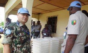Des forces de sécurité ivoiriennes et des Casques bleus de l'ONU surveillent la livraison de matériel électoral dans la ville de Taï, en Côte d'Ivoire, en octobre 2015. Photo ONUCI