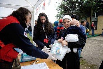 Refugiados reciben ayuda en un centro de acogida en Serbia, en la frontera con Croacia Foto UNICEF/ Shubuckl :