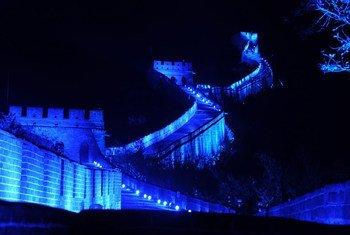 北京八达岭长城第一次点亮蓝色灯光。图片来源:瞭望东方周刊/杨光、朱江