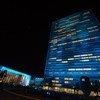 من الأرشيف: مقر الأمم المتحدة في نيويورك وقد أضئ باللون الأزرق، احتفاء بيوم الأمم المتحدة.