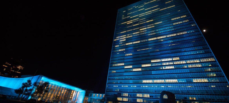 Sede da ONU em Nova Iorque ilimuninada de azul para marcar aniversário da organização