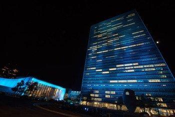 Праздничное освещение здания штаб-квартиры ООН 24 октября 2015 года. Фото ООН/Эскиндер Дебебе