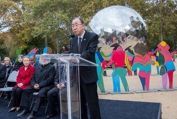 """El Secretario General de la ONU, Ban Ki-moon, inauguró la escultura """"Universo de Luz"""" del artista español Cristobal Gabarrón el 24 de octubre de 2015 en Central Park, Nueva York. Foto: ONU/Cia Park"""