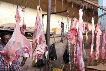 Viande rouge vendue sur le marché de Hamarwayne à Mogadiscio, en Somalie.